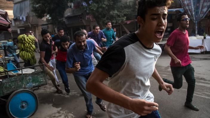Menschenrechtspreis vonAmnesty International: Demonstranten flüchten im Sommer 2015 vor ägyptischen Polizisten. Das Nadeem-Zentrum dokumentiert die Repressionen durch den Staatsapparat.