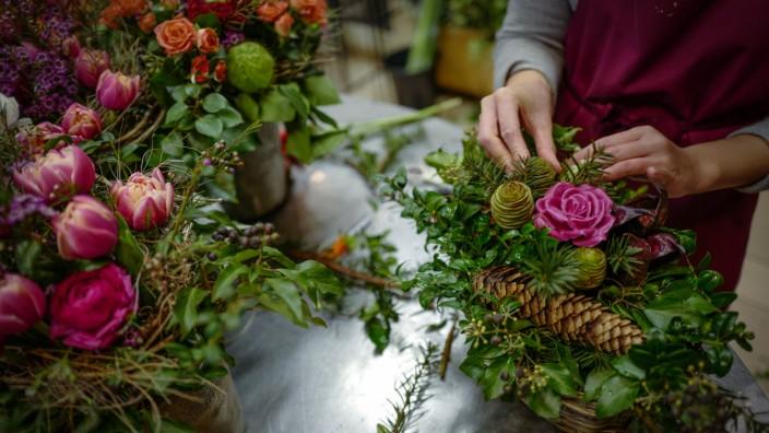 Blumenhandel: Viele Kunden wollen keinen Umweg fahren, um Blumen zu kaufen - und holen sich Tulpen und Rosen gleich beim Supermarkt.