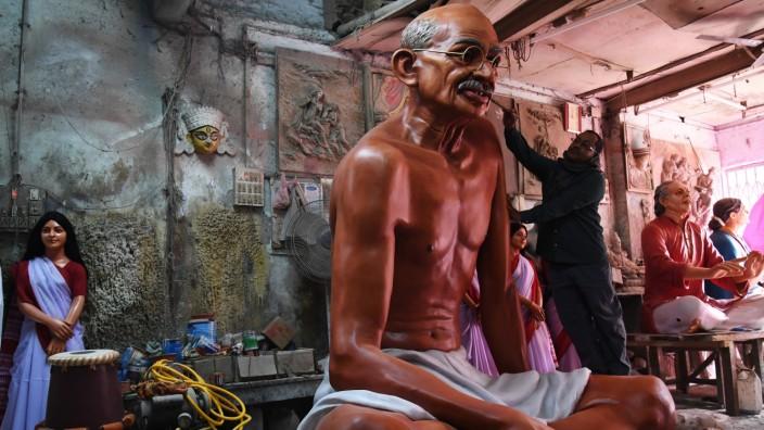 Indien: Sein Tod löst noch immer Kontroversen aus: Mahatma Gandhi, hier als Statue in einer Werkstatt in Kalkutta.