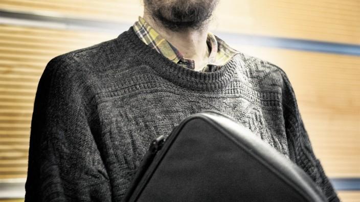 """Öffentliche Verkehrsmittel: Oft erwischt, bislang nie verurteilt: Jörg Bergstedt wurde 2016 in Frankfurt vor Gericht freigesprochen, weil er beim Schwarzfahren einen Anstecker mit der Aufschrift """"Ich fahre umsonst"""" getragen hatte."""