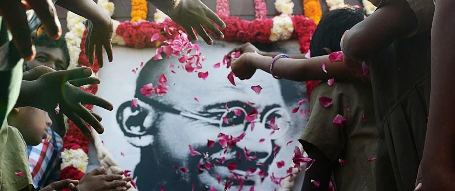 70. Todestag von Mahatma Gandhi: Indische Schulkinder erweisen Gandhi in Chennai die Ehre: Seine Aufrufe zur Versöhnung zwischen Hindus und Muslimen empfanden radikale Eiferer damals als unverzeihliche Provokation.