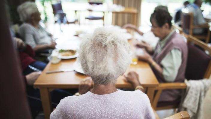 Bewohner in einem Altenpflegeheim sitzen beim Mittagessen in dem Essensraum 04 08 2017 Eberswalde