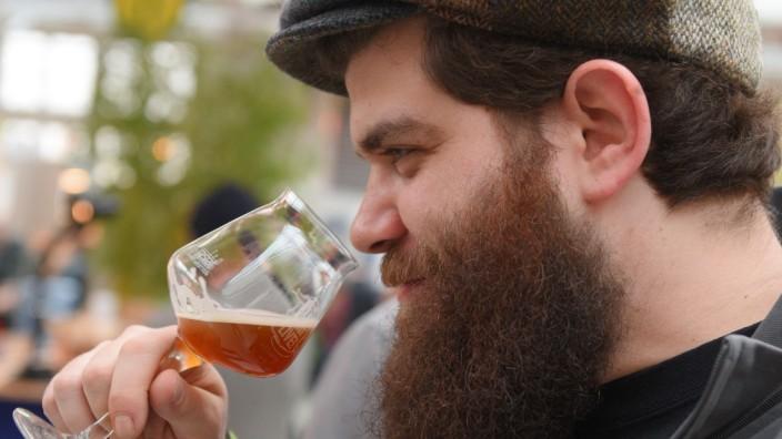 """Auf der Biermesse """"Braukunst Live"""" können Besucher verschiedene Biere testen"""