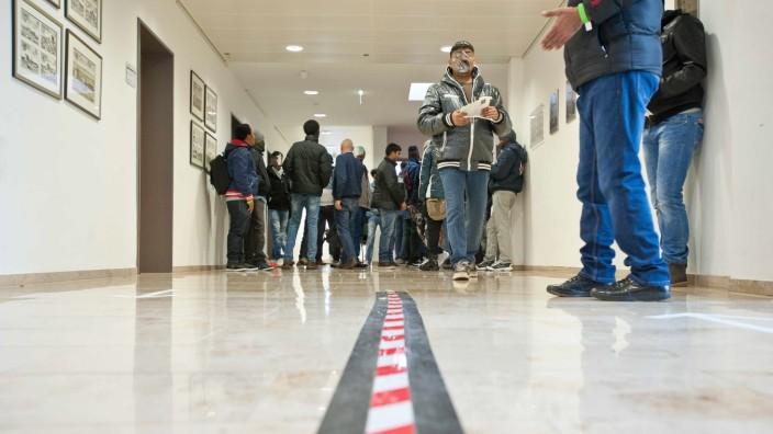 Asylpolitik: Wenn künftig Flüchtlinge im Landratsamt nach einer Arbeitserlaubnis fragen, sind ihre Chancen auf eine positive Antwort besser als bisher.