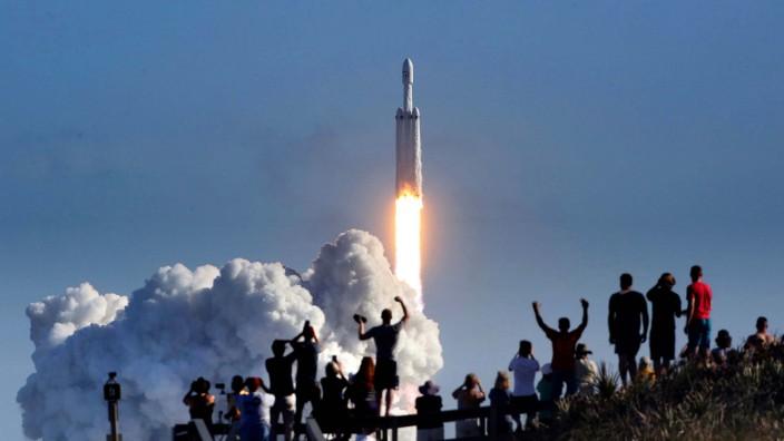 """Die """"Falcon Heavy"""" des Raumfahrt-Unternehmens SpaceX hebt zum Jungfernflug ab"""