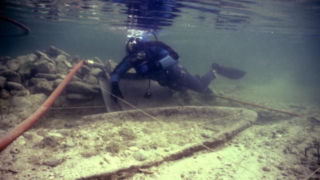 3000 Jahre alt: Aufwendige Unterwassergrabung: ein Taucher bei der Bergung des etwa 3000 Jahre alten Einbaums.