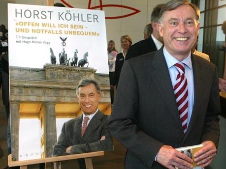 Wenige Wochen nach seinem Amtsantritt lässt sich der neugewählte Bundespräsident Horst Köhler im Juni 2004 neben einem Poster eines Buches über ihn ablichten. Foto: ap