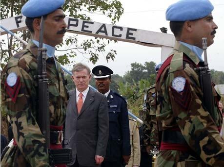Wenn Horst Köhler mit etwas seine erste Amtszeit geprägt hat, dann mit seinem Engagement für den afrikanischen Kontinent, wie hier bei einem Besuch in Sierra Leone im Dezember 2004. Foto: dpa