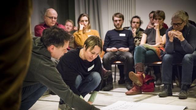 München: Markus Sowa, Vorstand, erklärt die Belegung der Wohnungen. Künftige Bewohner von âĞSan RiemoâĜ, dem ersten Bauprojekt der jungen Genossenschaft Kooperative Großstadt, verteilen den Wohnraum und diskutieren darüber.