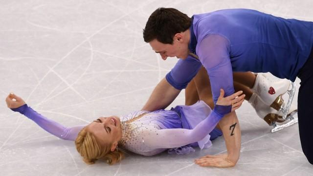 Eiskunstlauf: In vier Minuten die Welt verzaubert: Savchenko/Massot sinken nach dem Olympiasieg aufs Eis.