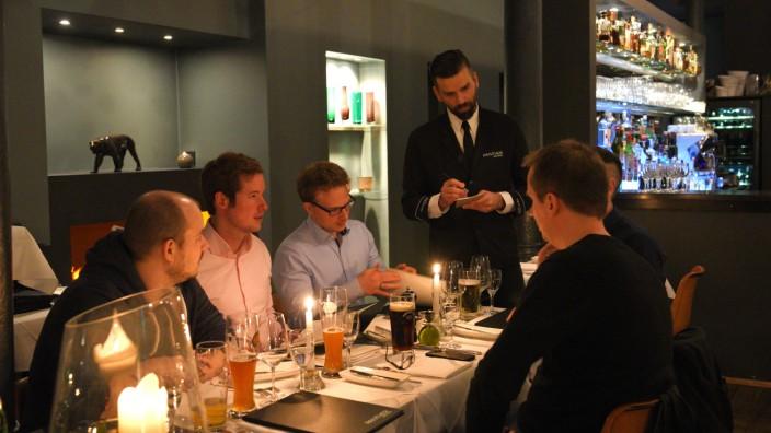 Panther Bar: Auf den Drink an der Bar folgt das Abendessen am Tisch.