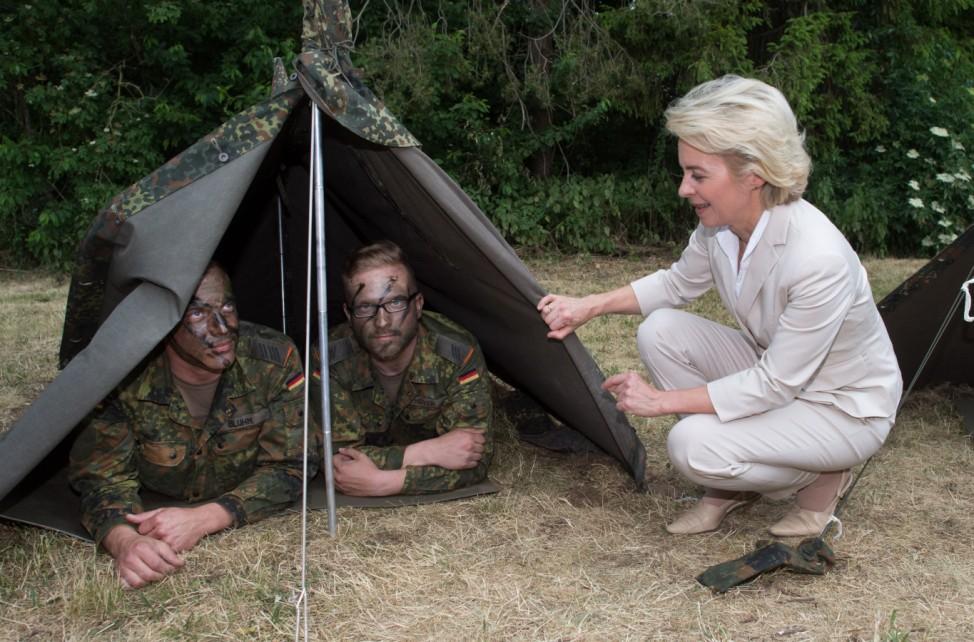 Bundesverteidigungsministerin Ursula von der Leyen (CDU) 2015 in Hannover mit zwei Bundeswehr-Soldaten.