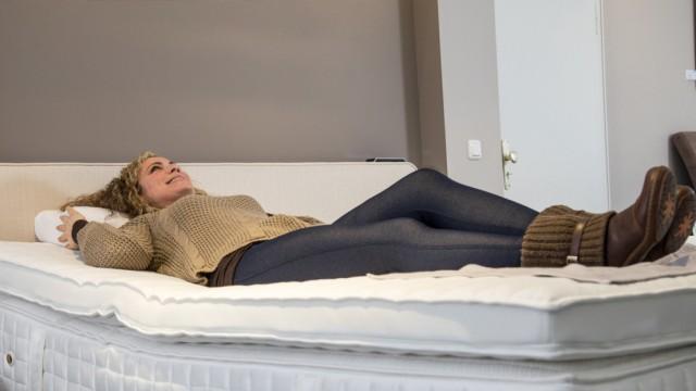 Probeliegen auf einer Matratze