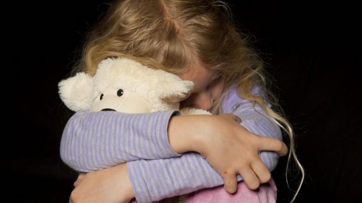 Mädchen kauert Symbolbild Kindesmissbrauch symbolic for child assault BLWX095908 Copyright xblic