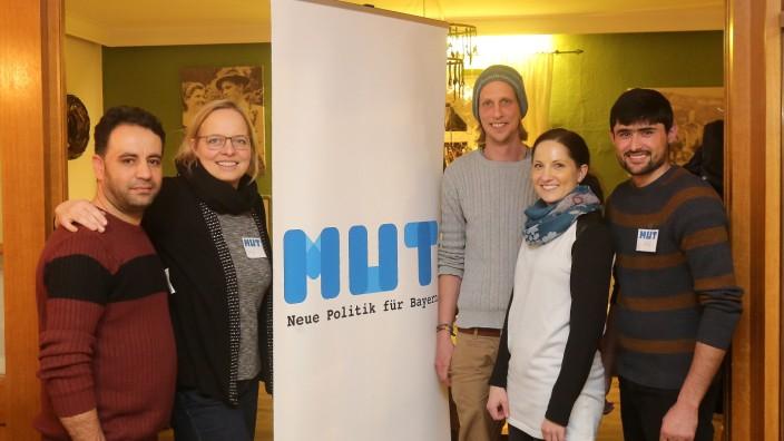 Mut in Freising: Der Vorstand des neuen Mut-Ortsverbandes (von links): Toryalai Razegi (Gründungsmitglied), Steffi Eilers und Stefan Hudler (Vorsitzende), Kathi Capric und Farid Khowhani (weitere Vorstandsmitglieder).