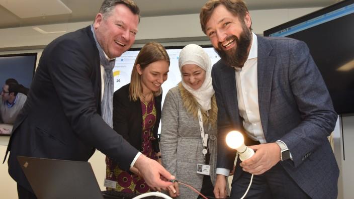 IT-Schulung für Flüchtlinge: Bürgermeister Josef Schmid (links) mit Redi-School-Gründerin Anne Riechert, Absolventin Sana Abo Helal und Oliver Tuszik von Cisco.
