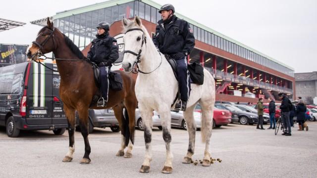Polizei - Reiterstaffel bei einem Bundesliga-Spiel in Hamburg
