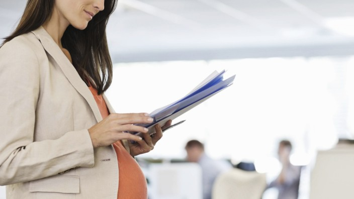 Pregnant businesswoman working in office Pregnant businesswoman working in office PUBLICATIONxINxGE