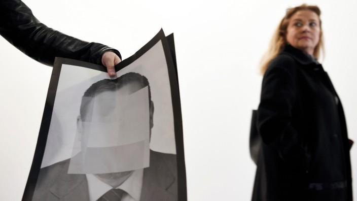 """Katalonien: Akt vorauseilenden Gehorsams: Kurz bevor die Messe für Moderne Kunst in Madrid eröffnet wurde, mussten 24 verpixelte Fotos der Serie """"Politische Gefangene in Spanien"""" entfernt werden."""