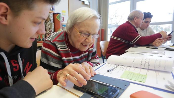 Angebot für Senioren: Interessiert sind die Senioren, die zur Handysprechstunde der Mittelschüler in das ASZ kommen, hier erklärt Maxim Kogler Margit von Barby, wie sie einen unerwünschten Kontakt löschen kann.