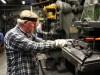 Ein älterer Mitarbeiter in der Metallindustrie - die Rentenversorgung in Deutschland braucht dringend Reformen.