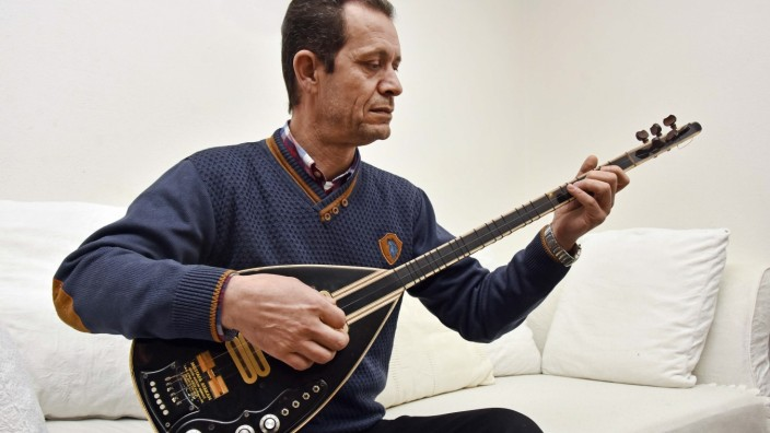 Weltmusik: Fauaz Nazan fühlt sich in Oberbayern richtig wohl. Wenn er doch mal wehmütig wird, spielt er Tanbur.