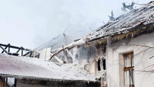 Großeinsatz in Forstinning: Von Karl Obermayers Haushälfte ist am Dienstag nur noch eine Ruine übrig. Die Brandursache hat die Polizei noch nicht ermittelt.