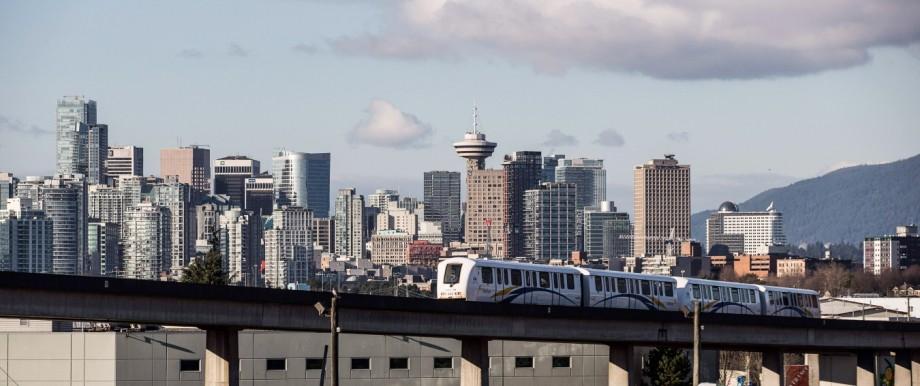 Ein Skytrain fährt vor der Skyline von Vancouver