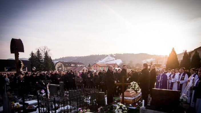 Journalistenmord: Hunderte nehmen in der nordslowakischen Ortschaft Stiavnik Abschied von Ján Kuciak.