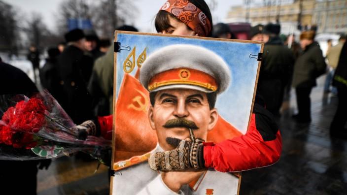 Gedenkkultur in Russland: Stalin zu ehren ist nichts ungewöhnliches in Russland. Am 5. März 2018 erinnern Unterstützer der kommunistischen Partei auf dem roten Platz in Moskau an den Geburtstag des Diktators.