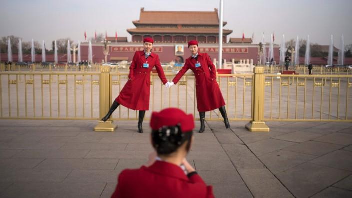 """China: Am Tiananmen-Platz kommt der Nationale Volkskongress unter Präsident Xi Jinping in der """"Großen Halle des Volkes"""" zusammen."""