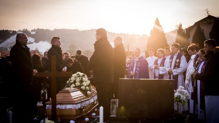Nach Journalistenmord: Jan Kuciak wurde am Samstag in Stiavnik zu Grabe getragen. Seine Recherchen dürften die Slowakei über seinen Tod hinaus verändern.