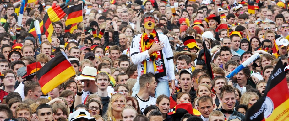 Fußballfans singen 2010 die deutsche Nationalhymne