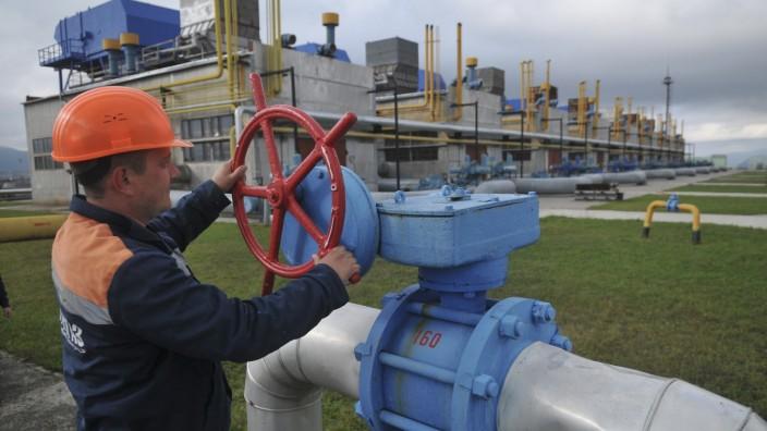 Gas: Ein ukrainischer Arbeiter an einem Gashahn. Das Land bezieht nun mehr Gas aus anderen Ländern.