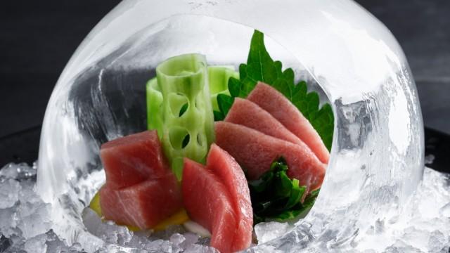 Izakaya: Frisch aus der Küche: Thunfisch-Sashimi in einer Kuppel aus Eis.