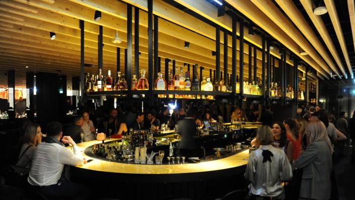 Izakaya: Allein schon die Bar im Eingangsbereich ist ein echter Hingucker.