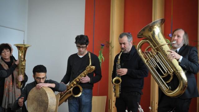 """Trauerfeier: Die """"Express Brass Band"""" wandelt das andalusisch-arabische Liebeslied """"Lamma Bada Yatathamma"""" in einen Trauermarsch."""