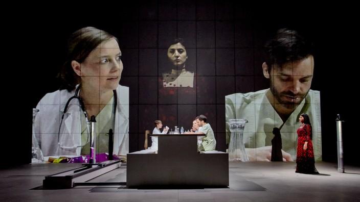 Schauspiel: Die Hauptrolle spielt im Grunde der Tisch, auf den hier alles kommt.