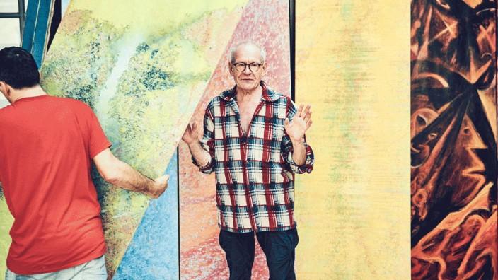 Jürgen Draeger im Porträt: Draeger vor seinen aktuellen Werken. Im Hintergrund sind Draegers Willy-Brandt-Porträts zu sehen.