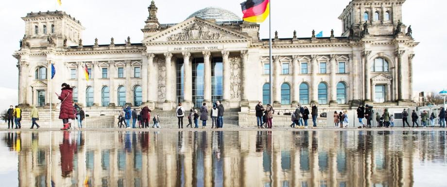 Der Reichstag spiegelt sich in einer Pfütze