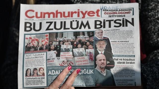 """Türkei: Titel der Zeitung Cumhuriyet vom vergangenen Freitag mit den Porträts inhaftierter Journalisten und der Schlagzeile """"Diese Unterdrückung muss aufhören""""."""