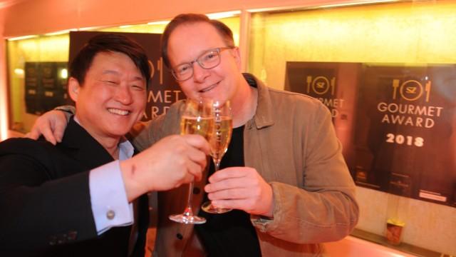 Bekanntgabe des Siegers: Mun Kim und Cary Gilbert stoßen an auf den Sieg beim SZ-Gourmet-Award 2018.