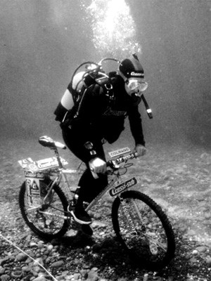 Unter Wasser Radfahren