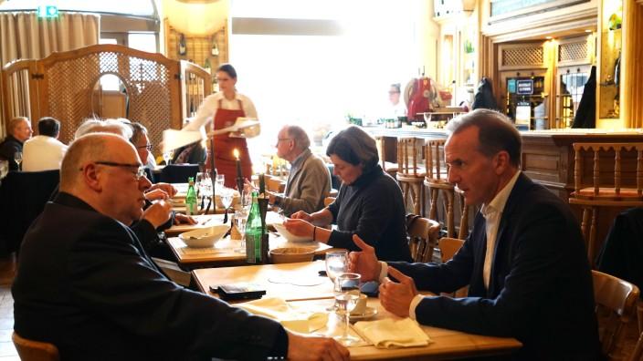Vinothek by Geisel: Die Vinothek wirkt recht traditionell und rustikal, überrascht aber durch ihre Küche, die sich auf der Höhe der Zeit befindet.