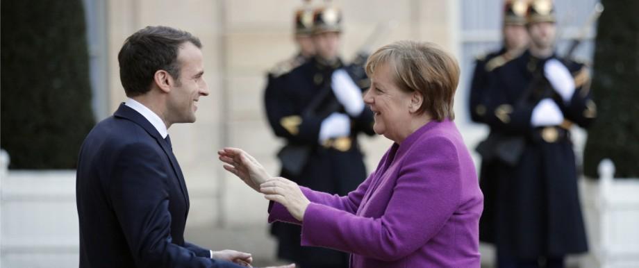 EU-Reform: Freundliches Entgegenkommen: Emmanuel Macron und Angela Merkel im März vor dem Pariser Élysée-Palast.