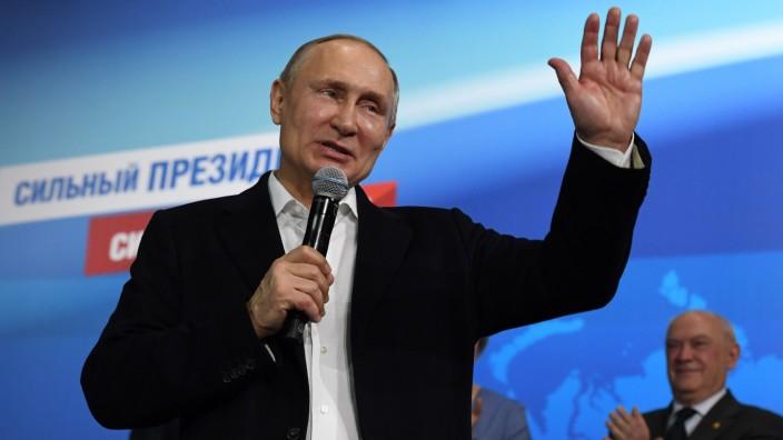 Wahl in Russland: Nach Bekanntgabe der ersten Prognosen zeigte sich der wiedergewählte Präsident Putin in seiner Wahlkampfzentrale.