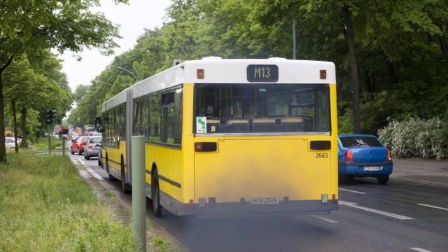 Berlin - Abgaswolke eines BVG Bus ohne Russpartikelfilter