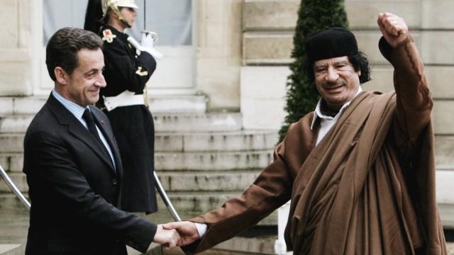 Frankreichs Staatspräsident Nicolas Sarkozy empfängt 2007 den lybischen Diktator Muammar al-Gaddafi in Paris.
