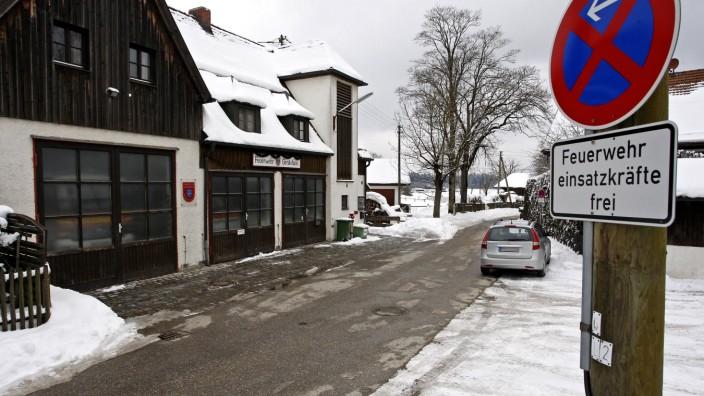 Neue Gebäude: Das alte Gerätehaus der Feuerwehr Hohenschäftlarn an der abschüssigen, engen Schorner Straße wird zu klein.