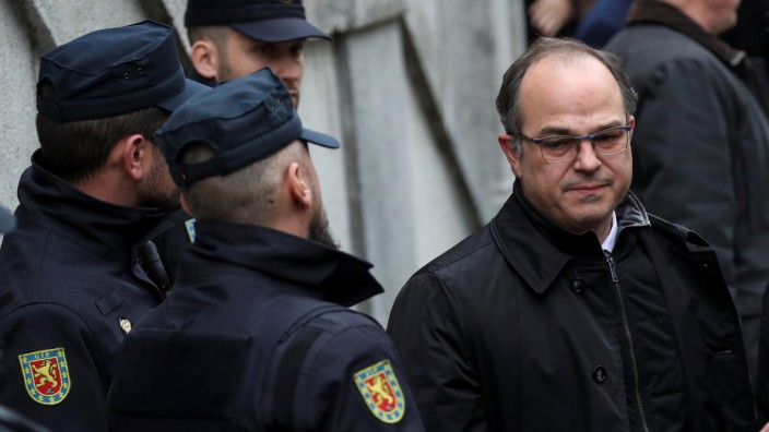Catalan politician Jordi Turull walks past policemen as he returns to the Supreme Court during a break in proceedings as part of an investigation into Catalonia's banned bid for independence in Madrid